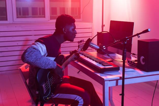 音楽とレコーディングスタジオのコンセプトを作成する-アフリカ系アメリカ人の男性ギタリストレコーディングエレクトリック