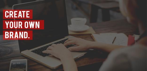 Создайте свои собственные слова бренда на женщине, работающей на фоне ноутбука