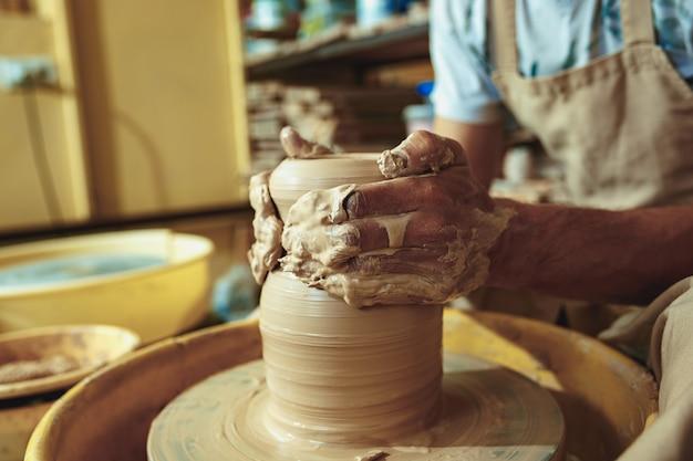白い粘土の瓶や花瓶のクローズアップを作成します。