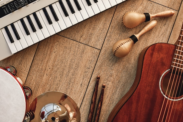 楽器セットシンセサイザー電子ギター木製ドラムのメロディトップビューを作成する