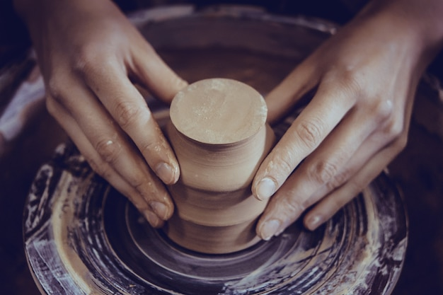 白い粘土のクローズアップのセラミック製品を作成する