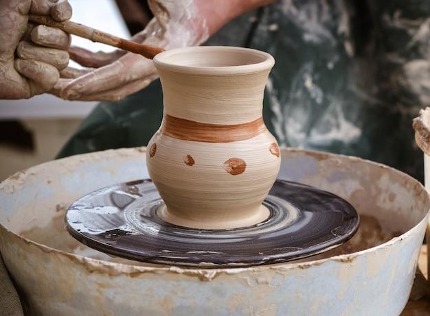 白い粘土の花瓶のクローズアップを作成します。