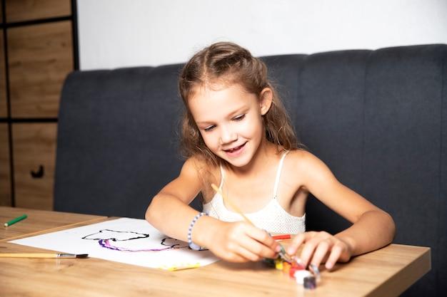 Творчество. девушка рисует красками. урок рисования.