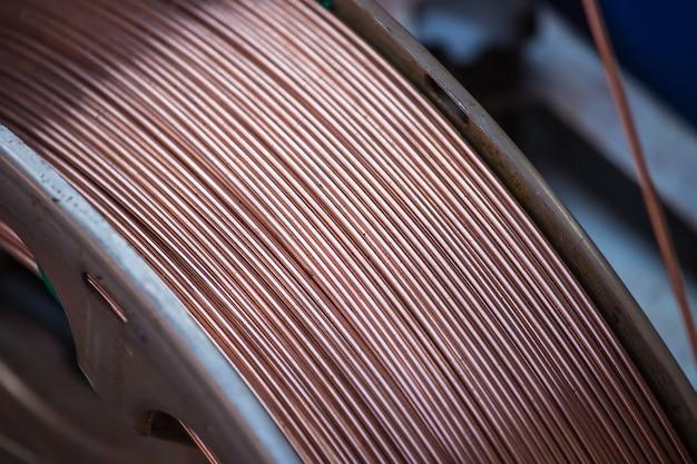 創造的な抽象的な重い非鉄冶金産業と工業製造業の生産コンセプト:背景の光沢のある金属の山選択的なフォーカス効果を持つパイプライン銅溶接