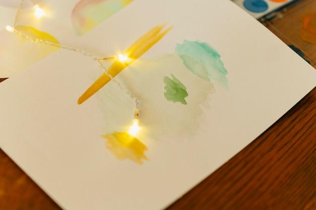 Творческий абстрактный акварельный рисунок и огни