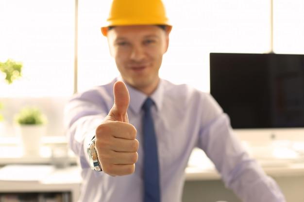 Creative achitect работает в инженерном бюро