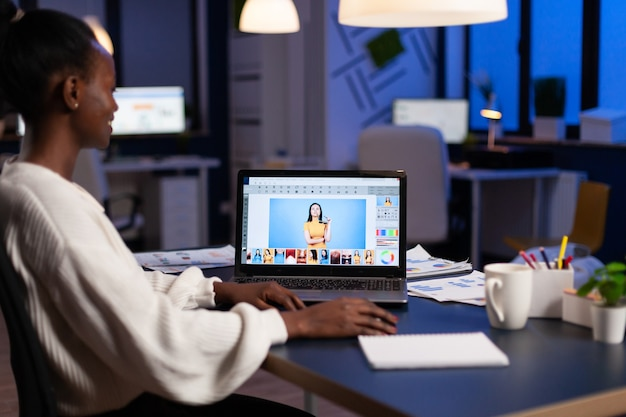 디자인 생산에서 일하는 창의적인 아프리카계 미국인 리터처