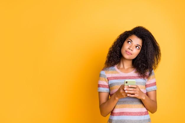 クリエイティブなアフリカ系アメリカ人の女の子が携帯電話を使用して空きスペースを検索
