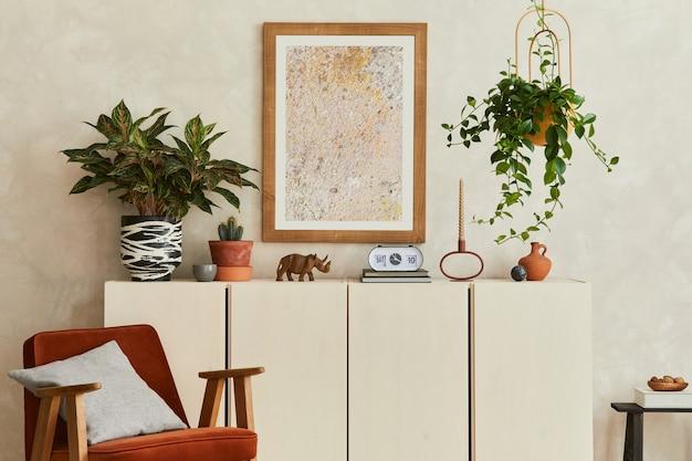 모의 포스터 프레임, 베이지색 목재 사이드보드, 안락의자, 복고풍의 개인 액세서리를 갖춘 창의적이고 현대적인 베이지색 거실 인테리어 디자인입니다. 공간을 복사합니다. 주형.