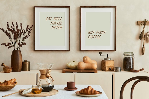 모의 포스터 프레임, 베이지색 사이드보드, 가족 식탁, 복고풍의 개인 액세서리를 갖춘 창의적이고 현대적인 식당 인테리어 디자인입니다. 공간을 복사합니다. 주형. 가을분위기.