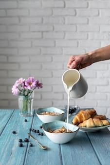 Disposizione creativa di una deliziosa colazione