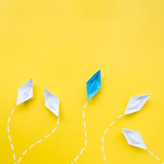 노란색 배경에 개성 개념을위한 창조적 인 배치