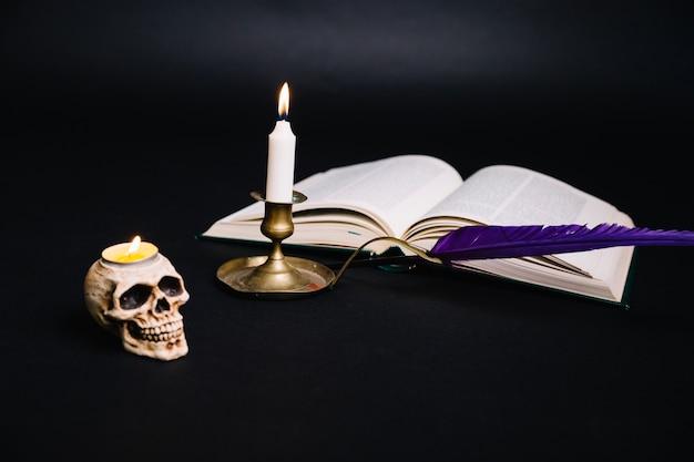 本と燭台の創造的な配置