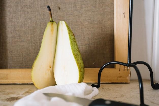 Disposizione creativa di pera con candelabro