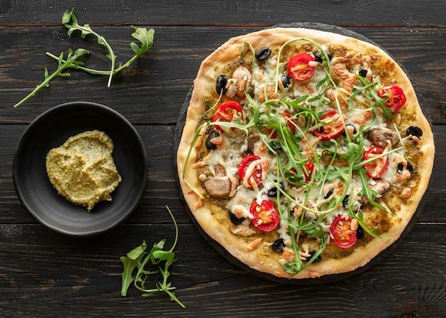 Disposizione creativa con una deliziosa pizza