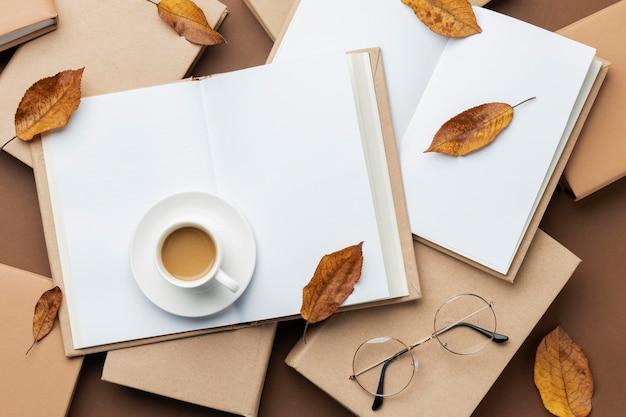 さまざまな本と一杯のコーヒーを使ったクリエイティブなアレンジメント