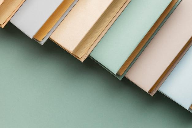 Креативная аранжировка с разными книгами