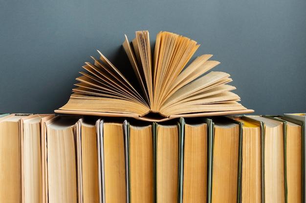 さまざまな本との創造的なアレンジメント