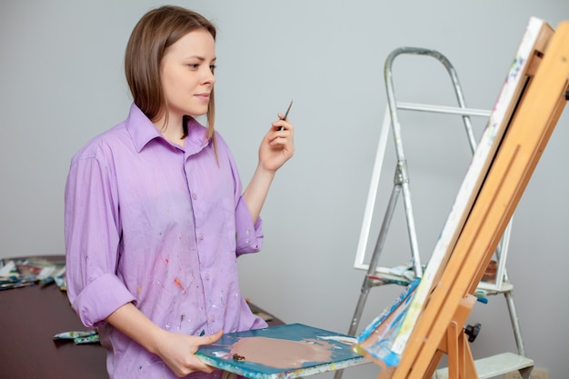 スタジオで描くためのクリエイティブアーティスト