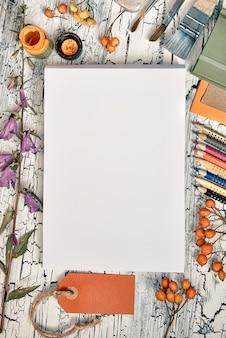 クリエイティブアーティストのワークスペース、トップビュー。図面のモックアップ