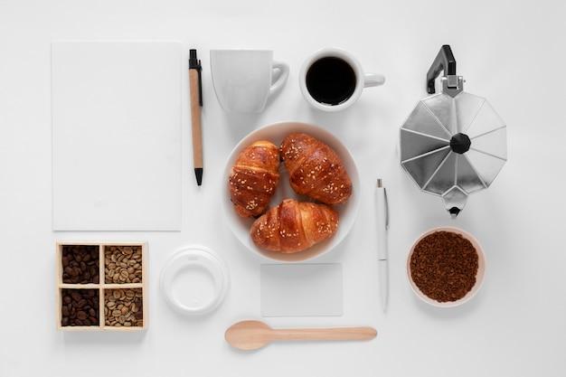 Assortimento creativo di elementi di caffè su sfondo bianco