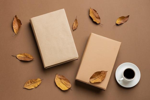 さまざまな本と一杯のコーヒーを使ったクリエイティブな品揃え