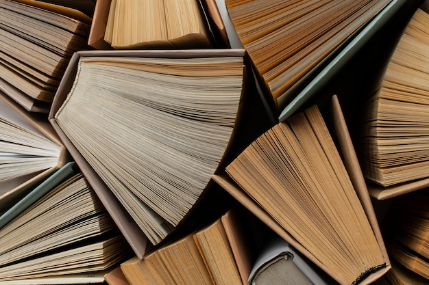 Креативный ассортимент с разными книгами