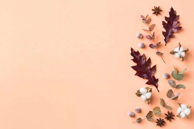 Творческая осенняя осенняя композиция на день благодарения с декоративными сушеными листьями. плоская планировка, вид сверху, копия пространства, натюрморт пастельный фон для поздравительной открытки