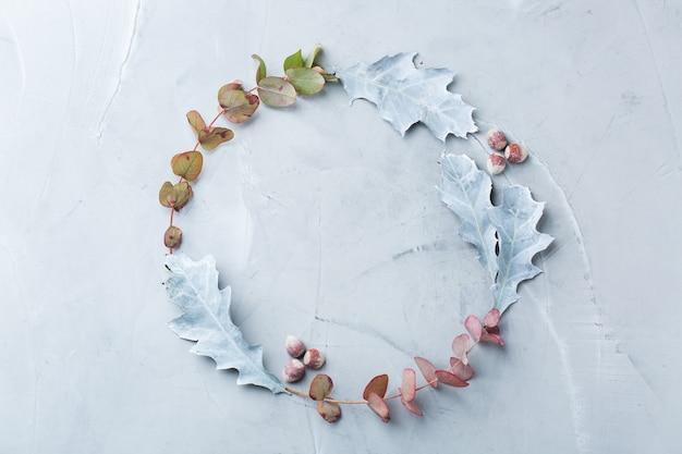 장식용 말린 잎이 있는 창의적인 가을 추수 감사절 구성. 평면 위치, 위쪽 보기, 복사 공간, 인사말 카드의 정물 파스텔 배경