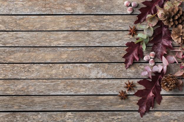 장식용 말린 잎이 있는 창의적인 가을 추수 감사절 구성. 평평한 평지, 위쪽 보기, 복사 공간, 연하장을 위한 정물 나무 배경. 꽃, 식물 개념입니다.