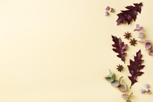 Творческая осенняя осенняя композиция на день благодарения с декоративными сушеными листьями. плоская планировка, вид сверху, копия пространства, натюрморт желтый фон для поздравительной открытки. цветочная, ботаническая концепция.