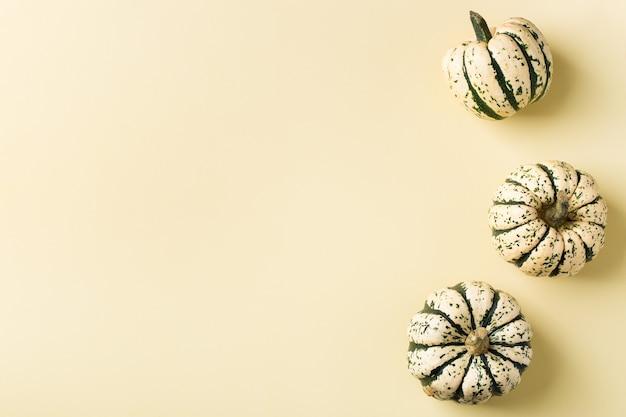 Творческий осенний осенний день благодарения композиция с декоративными тыквами. плоская планировка, вид сверху, копия пространства, натюрморт желтый фон для поздравительной открытки