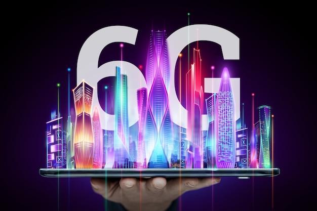 創造的な背景、街の背景に6gホログラム付きの携帯電話を持っている男性の手。 6gネットワーク、高速モバイルインターネット、新世代ネットワークの概念。ミクストメディア。