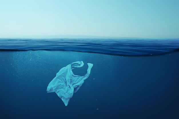 창조적 인 배경, 바다에 떠있는 비닐 봉투, 물에 가방. 환경 오염의 개념, 분해되지 않는 플라스틱, 세계 바다의 쓰레기 증가. 바다의 플라스틱 오염