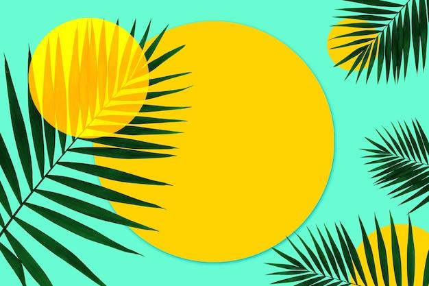 Творческий баннер с тропическими листьями на фоне ярких геометрических цветов. флаер для рекламы. дизайн пригласительных билетов, флаеров. абстрактные шаблоны дизайна для плакатов, обложек, обоев.