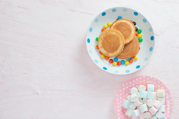 Творческий завтрак для детей на белом фоне, вид сверху