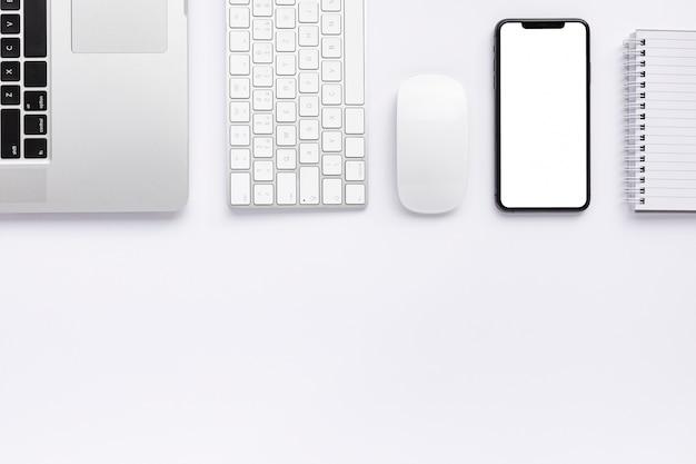 Disposizione creativa di affari su fondo bianco