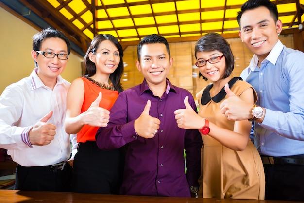 Creative business asia, встреча команды в офисе