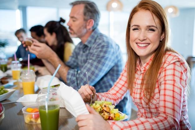オフィスで食事をするクリエイティブなビジネスチーム