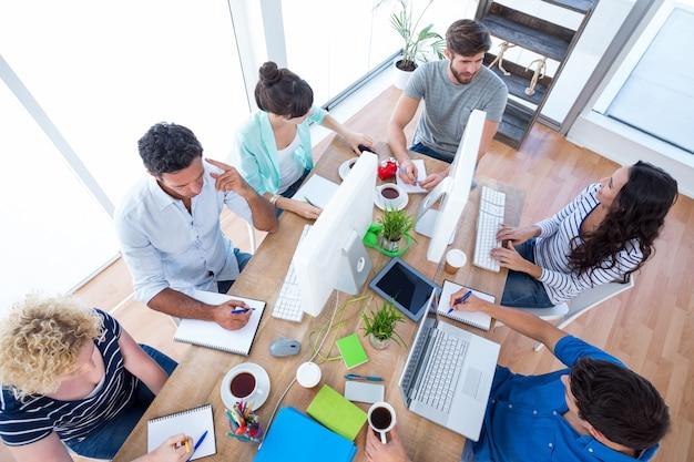 会議の創造的なビジネスチーム