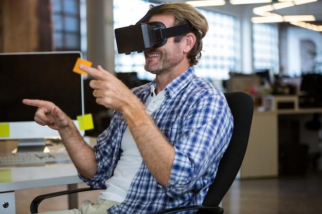 Творческий бизнесмен с помощью симулятора виртуальной реальности