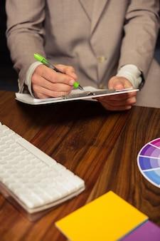 Творческий бизнесмен пишет в буфер обмена