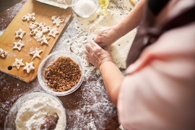 반죽에 쿠키 커터를 사용하는 창의적인 요리사