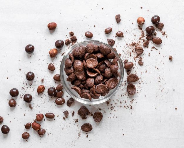 明るい背景に創造的なチョコレートの配置