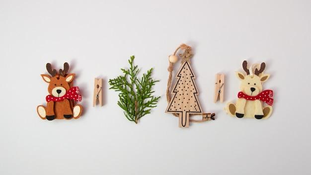 나무 장식 최소한의 개념 평면 누워 평면도와 흰 순록에 크리스마스 장식으로 만든 크리 에이 티브 크리스마스 구성