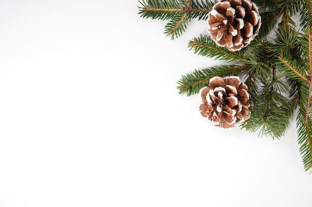 モミの木と松ぼっくりで作られた創造的なクリスマスの構成