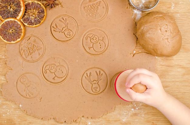 Креативное новогоднее приготовление домашнего печенья детскими руками на деревянном.