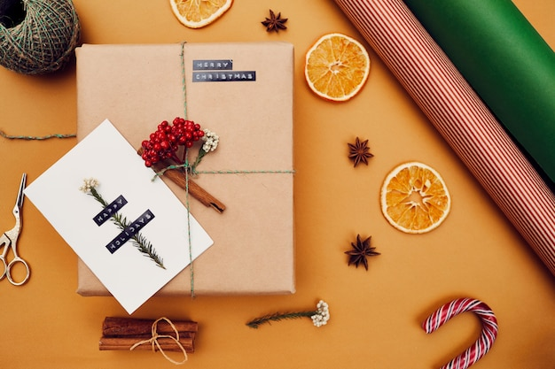 クリエイティブなクリスマスプレゼントとポストカード