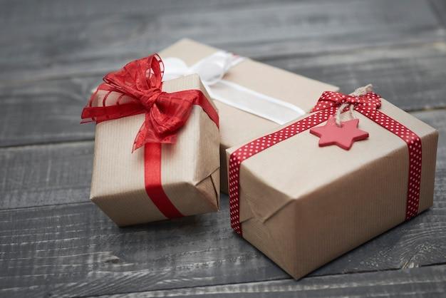나무 책상에 창조적 인 크리스마스 선물