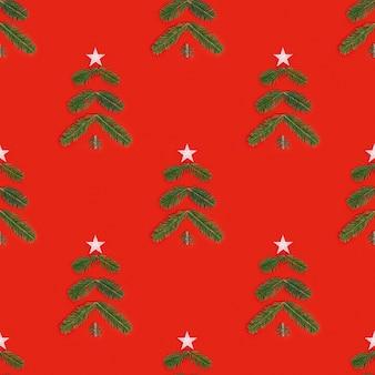 Творческий рождественский бесшовный образец с зеленой елкой из сосновых веток